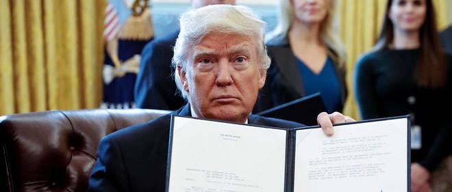 Le président Donald Trump a signé mardi 24 janvier une série de décrets qui renversent les mesures de protection contre l'environnement mises en place par Obama.