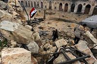 Siège. Le 13décembre 2016, après plus de quatre ans de guerre, un soldat des forces loyalistes de Bachar el-Assad hisse le drapeau syrien dans la mosquée des Omeyyades (Grande Mosquée), à Alep. Avec l'aide de l'aviation russe, la ville sera reprise totalement le 22 décembre.  ©Omar Sanadiki / Reuters