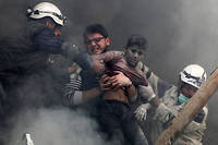 Victimes civiles. Alep-Est, 6avril 2014. Des habitants extraits de décombres, après le largage de barils d'explosifs par l'aviation de Bachar el-Assad.  ©Hosam Katan / Reuters