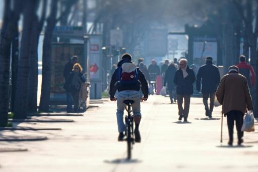Un cycliste dans une zonne piétonne à Marseille, le 24 janvier 2016 © BORIS HORVAT AFP