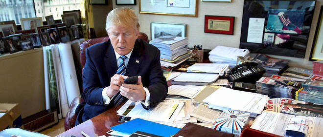 Donald Trump en 2015 dans son bureau de la Trump Tower. A la Maison-Blanche, il continue d'utiliser son mode de communication prefere, Twitter.