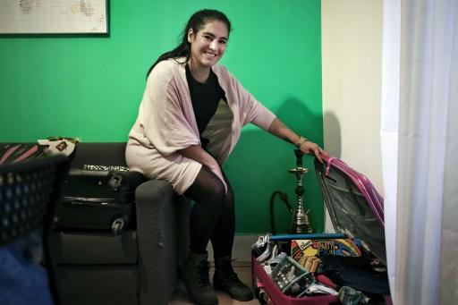 Marina Pereira rêve de repartir: sa valise rose fuchsia, posée à même le sol dans l'entrée de son logement modeste au centre de Lisbonne, est déjà prête © PATRICIA DE MELO MOREIRA AFP