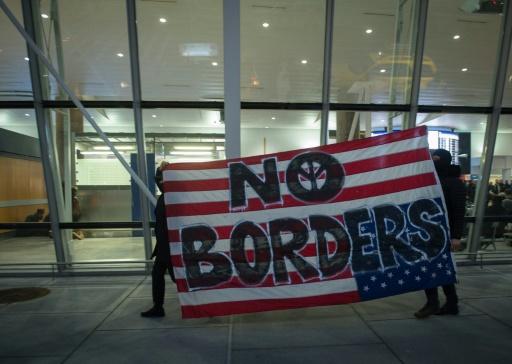 Manifestation contre le décret sur l'immigration du président américain Donald Trump à l'aéroport new-yorkais JFK le 28 janvier 2017 © Bryan R. Smith AFP