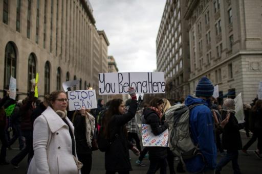 Des manifestants protestent contre l'interdiction d'entrée sur le territoire édictée par Donald Trump contre les réfugiés et contre les ressortissants de sept pays musulmans, le 29 janvier 2017 à Washington © Chet Strange AFP