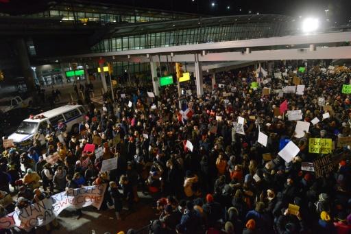 Jusqu'à plus de 3.000 manifestants ont protesté contre le décret anti-immigration devant le terminal 4 de JFK, le 28 janvier 2017 à New York © STEPHANIE KEITH GETTY IMAGES NORTH AMERICA/AFP