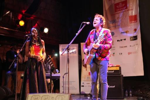 L'artiste malienne Fatoumata Diawara (g) et le musicien français Matthieu Chedid, alias -M-, le 26 janvier 2017 à Bamako © SEBASTIEN RIEUSSEC AFP/Archives