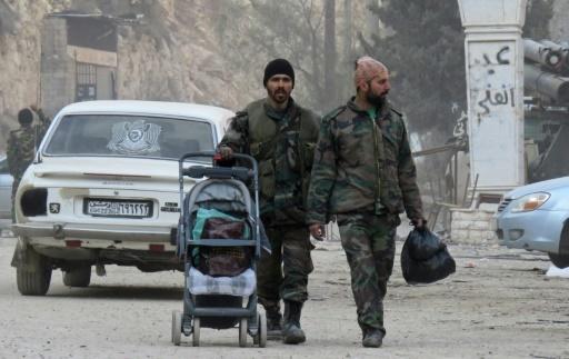 Deux soldats de l'armée syrienne marchent dans la ville d'Ain al-Fijeh dans la région de Wadi Barada le 29 janvier 2017 © STRINGER AFP