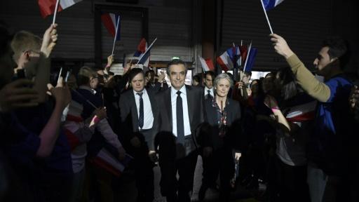 Des sympathisants accueillent François Fillon lors d'un meeting, le 29 janvier 2017 à Paris  © Eric FEFERBERG POOL/AFP