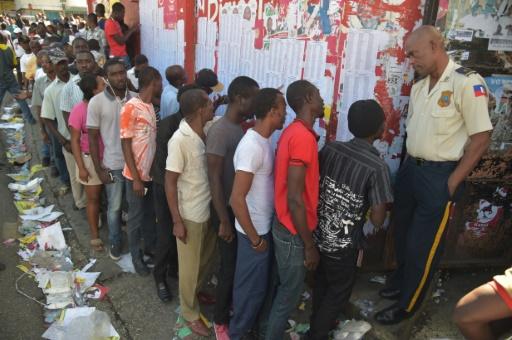 File d'attente devant un bureau de vote, le 29 janvier 2017 à Port-au-Prince   © HECTOR RETAMAL AFP