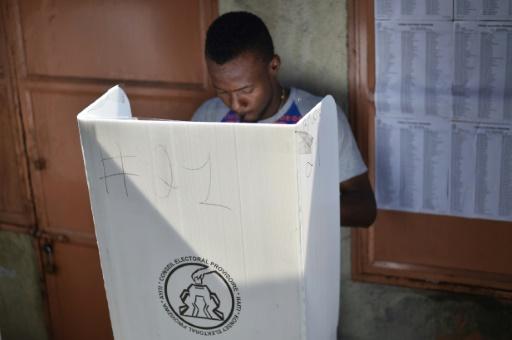 Un homme vote, le 29 janvier 2017 à Port-au-Prince   © HECTOR RETAMAL AFP