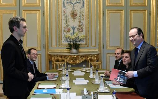 Le rapport annuel de la fondation Abbé Pierre remis par son directeur d'études Manuel Domergue au président François Hollande le 30 janvier 2017 à l'Elysée à Paris © STEPHANE DE SAKUTIN POOL/AFP