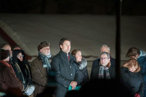 Le Premier ministre canadien Justin Trudeau (c) participe à une veillée en face de la mosquée Sainte-Foy, le 30 janvier 2017 à Québec © Alice Chiche AFP