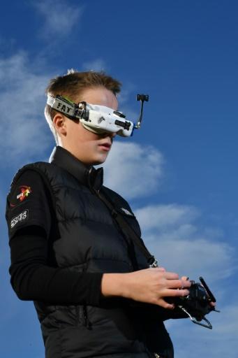Luke Bannister, champion de courses de drones à Wiltshire, en Angleterre, le 22 décembre 2016 © Ben STANSALL AFP