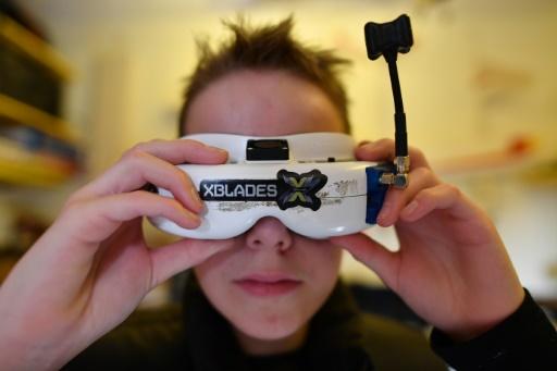"""""""Quand vous mettez les lunettes, c'est comme si vous étiez à l'intérieur du drone"""", raconte Luke Bannister, champion de courses de drones, à Wiltshire, en Angleterre, le 22 décembre 2016 © Ben STANSALL AFP"""