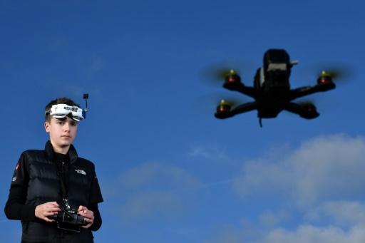Luke Bannister, ado-oiseau et champion de courses de drones à Wiltshire, en Angleterre, le 22 décembre 2016 © Ben STANSALL AFP