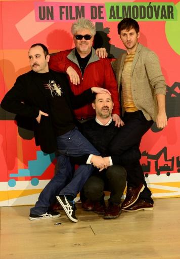 Le réalisateur espagnol Pedro Almodovar (centre) en compagnie des acteurs Carlos Arreces, Javier Camara et Raul Arevalo le 6 mars 2013 à Madrid © JAVIER SORIANO AFP/Archives