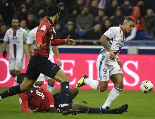 L'attaquant néerlandais Memphis Depay déborde la défense lilloise, lors de la victoire de Lyon au Parc OL, le 28 janvier 2017 © PHILIPPE DESMAZES AFP/Archives