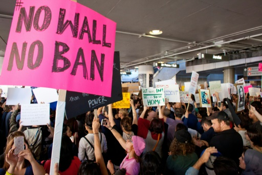 Des opposants au décret Trump limitant l'immigration manifestent à l'aéroport JFK de New York, le 30 janvier 2017 © Konrad Fiedler AFP
