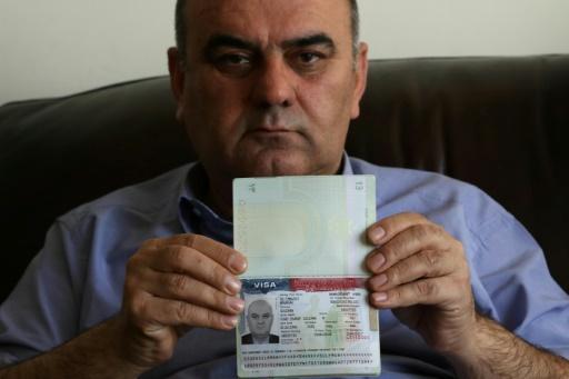 Fouad Charef, montre son  visa d'immigration américain dans son passeport irakien le 30 janvier 2017 à Erbil, au Kurdistan irakien © SAFIN HAMED AFP
