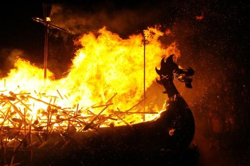 """Un drakkar viking en flammes au festival """"Up Helly Aa"""", le 31 janvier 2017 à Lerwick dans les îles Shetland © Andy Buchanan AFP"""