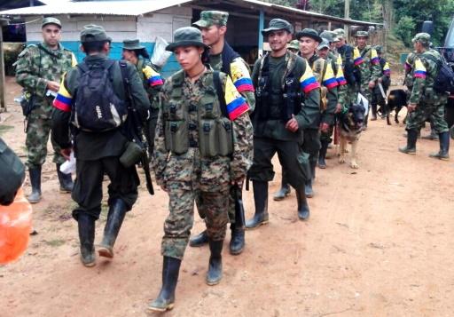 Des combattants des FARC arrivent en arme à Las Carmelitas dans la province de Putumayo, le 30 janvier 2017 © HO Prensa Bloque Sur FARC/AFP