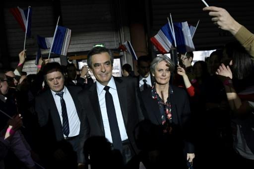 François Fillon (c) et son épouse Penelope Fillon (d), le 29 janvier 2017 lors d'un meeting à Paris © Eric FEFERBERG POOL/AFP