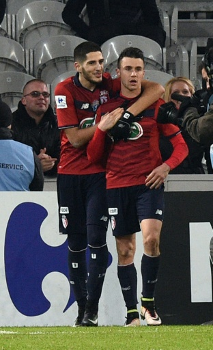 Le Lillois Yassine Benzia félicite son coéquipier Sébastien Corchia après un penalty transformé face à Nantes en Coupe de France, le 31 janvier 2017 au stade Pierre-Mauroy © DENIS CHARLET AFP