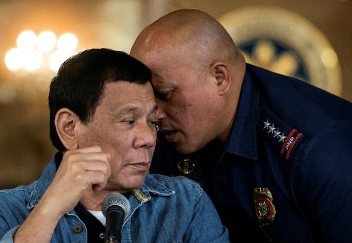 Le président philippin Rodrigo Duterte (G) écoute le directeur général de la police nationale philippine Ronald Dela Rosa, le 30 janvier 2017 à Manille © NOEL CELIS POOL/AFP