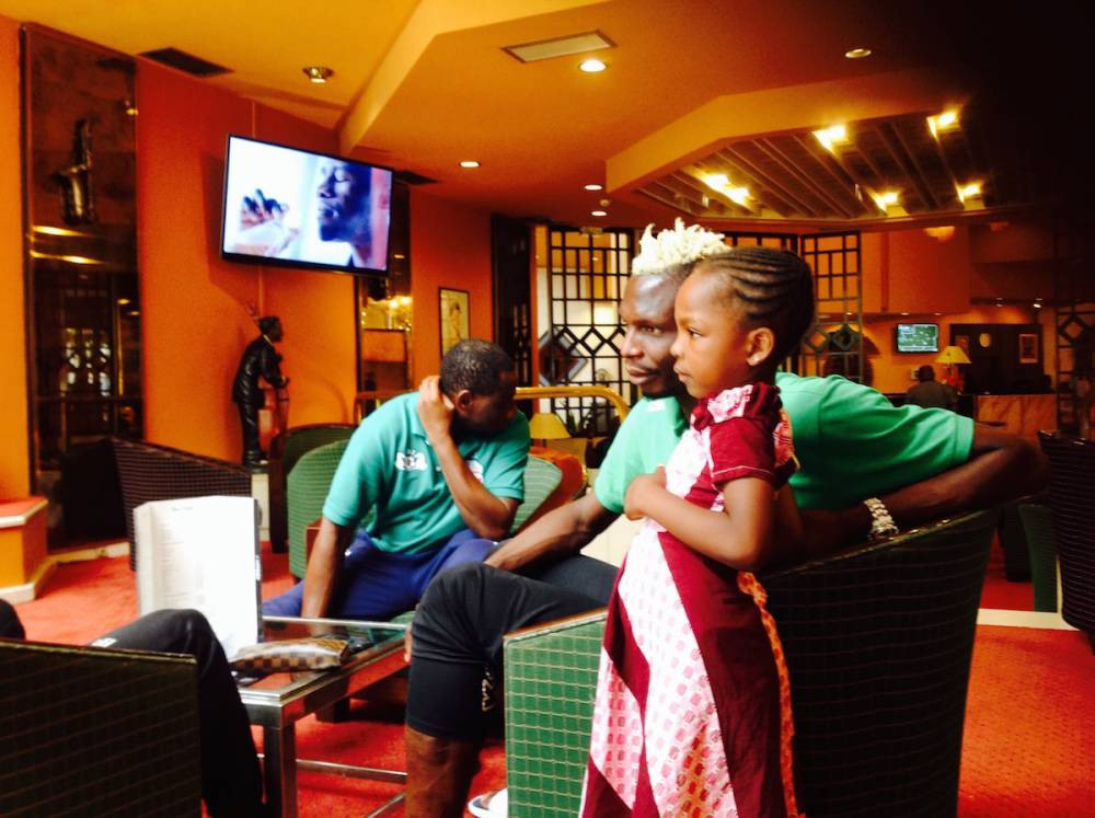 Aristide Bancé dans un moment de détente avec une jeune fan.  ©  Foot-Express
