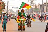 Yaoundé, janvier 2017 : des supporteurs camerounais des Lions indomptables manifestent leur joie en brandissant le drapeau du Cameroun. ©Jean Pierre Kepseu