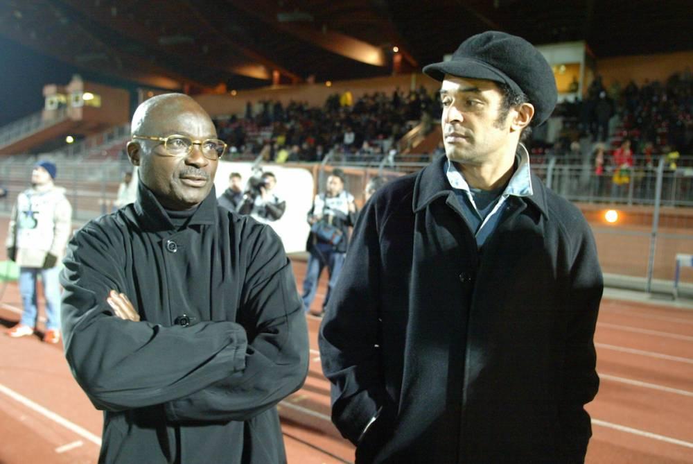Roger Milla avec Yannick Noah lors du match amical Cameroun-Sénégal le 9 février 2005 à Créteil, au sud de Paris.  © PASCAL PAVANI PASCAL PAVANI / AFP