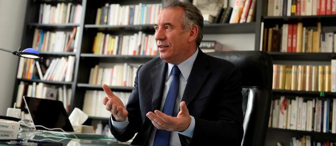 Derrière Bayrou, en bonne place, le volume de la Pléiade des Œuvres poétiques d'Aragon - premier tome. Le président du MoDem récite plus qu'il ne lit le passage consacré à Vercingétorix dans La Diane française.