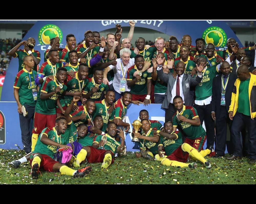 Les joueurs et l'encadrement des Lions indomptables paradent avec leur titre de champion d'Afrique ce 5 février 2017.  ©  Fared Kotb /  Anadolu Agency