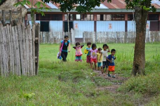Photo fournie le 31 janvier 2017 par la Direction d'éducation interculturelle bilingue et rurale du ministère péruvien de l'éducation, montrant des enfants de peuples autochtones pratiquant leur langue indigène à Tingo Maria, au Pérou © HO DIGEIBIRA/AFP
