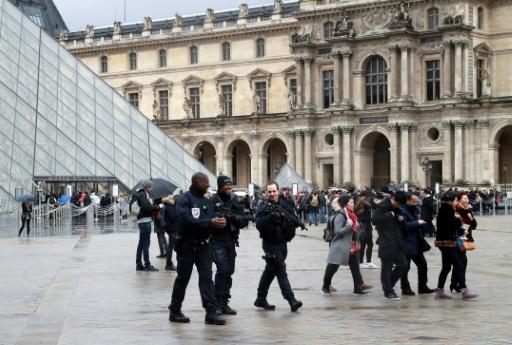 Forces de sécurité déployées le 4 février 2017 à l'entrée du Louvre à Paris © JACQUES DEMARTHON AFP