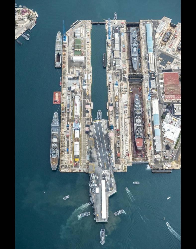 Le porte-avions Charles de Gaulle entre dans un bassin Vauban à Toulon. ©  Marine nationale