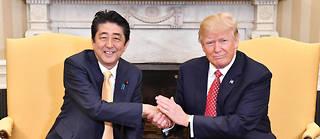 Donald Trump avec Premier ministre japonais Shinzo Abe dans le Bureau ovale, le 10 février 2017. ©Kentaro Aoyama