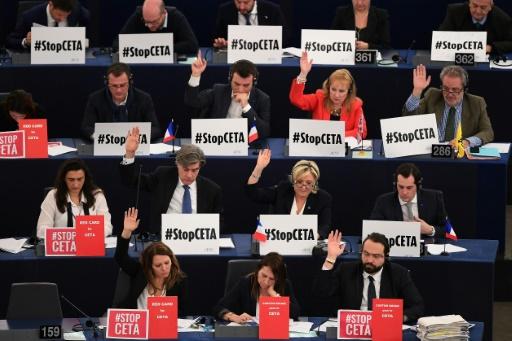 Des membres du Parlement européen participent au vote sur l'accord de libre échange UE/Canada à Strasbourg, le 15 février 2017 © FREDERICK FLORIN AFP