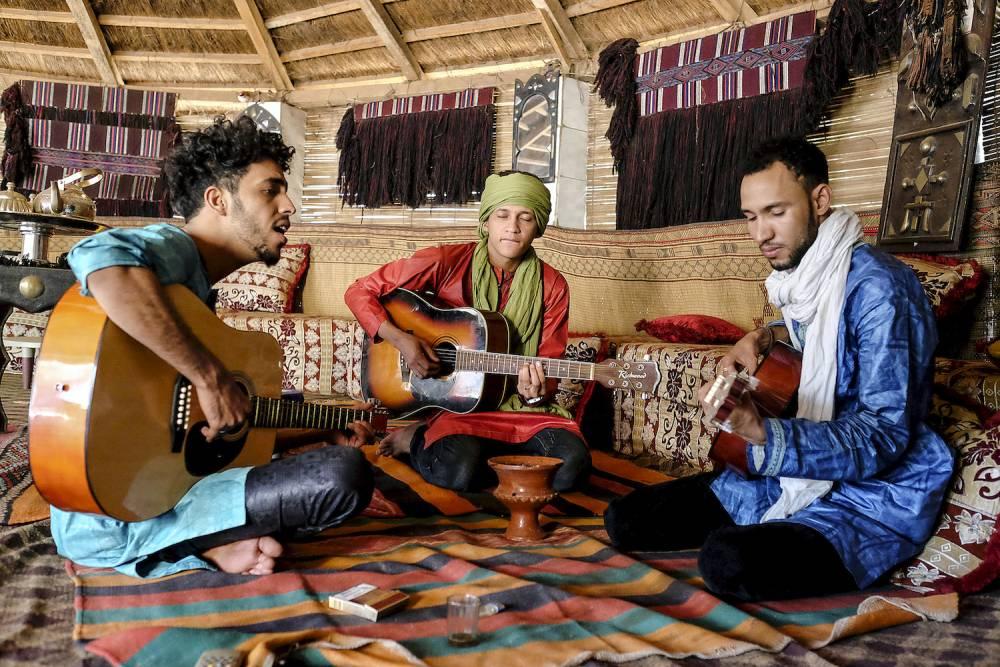 Le groupe Aratane N'Akale au Centre Tumast qui est une cooperative visant a la promotion et la sauvegarde du patrimoine culturel materiel et immateriel Touareg. Et donc notamment la de jeunes groupes de musiciens ayant fui la guerre et la crise qui touche le Nord Mali depuis 2012. Dans ces grandes regions du Mali, malgre la fuite relative des djihadistes il est encore aujourd'hui tres difficile voir impossible de jouer ou d'ecouter de la musique. ©  REA/Nicolas Remene