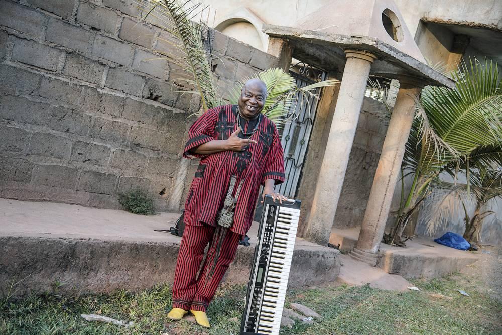 Le celebre organiste malien Cheick Tidiane Seck dans son quartier de Kalaban Coura a Bamako. ©  REA/Nicolas Remene