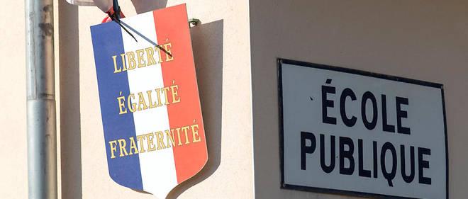 Ecole communale primaire avec blason Republique Francaise Liberte Egalite Fraternite