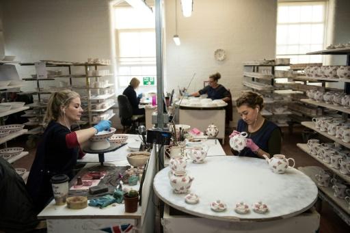 Des artisanes peignent de la vaisselle dans une fabrique de la marque Emma Bridgewater à Stoke-On-Trent en Angleterre, le 14 février 2017 © OLI SCARFF AFP