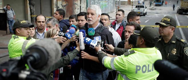 Le maire de Bogotá, Enrique Penalosa, s'adresse aux journalistes après l'explosion.