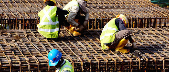 Des travailleurs sur un chantier.