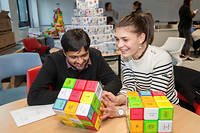 Cuber. Séance de «cubification» pour les étudiants de Grenoble École de management. À chaque face des petits cubes est associé un thème. Brasser les cubes aboutit à des associations inattendues. ©Laurent Cousin/HAYTHAM-REA