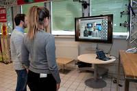 Deux étudiants en master spécialisé achat font une expérience dans le magasin connecté. Ici ils passent devant un écran qui analyse leur profil. ©Laurent Cousin/HAYTHAM-REA