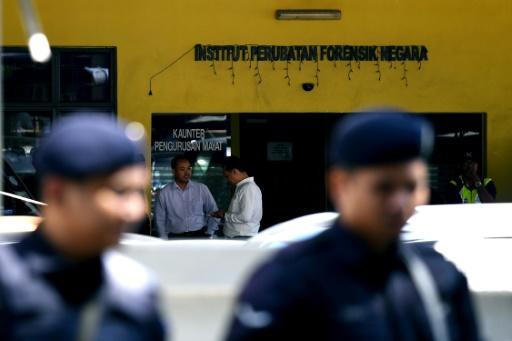 La police malaisienne devant l'institut médico-légal de Kuala Lumpur le 15 février 2017 © MANAN VATSYAYANA AFP/Archives