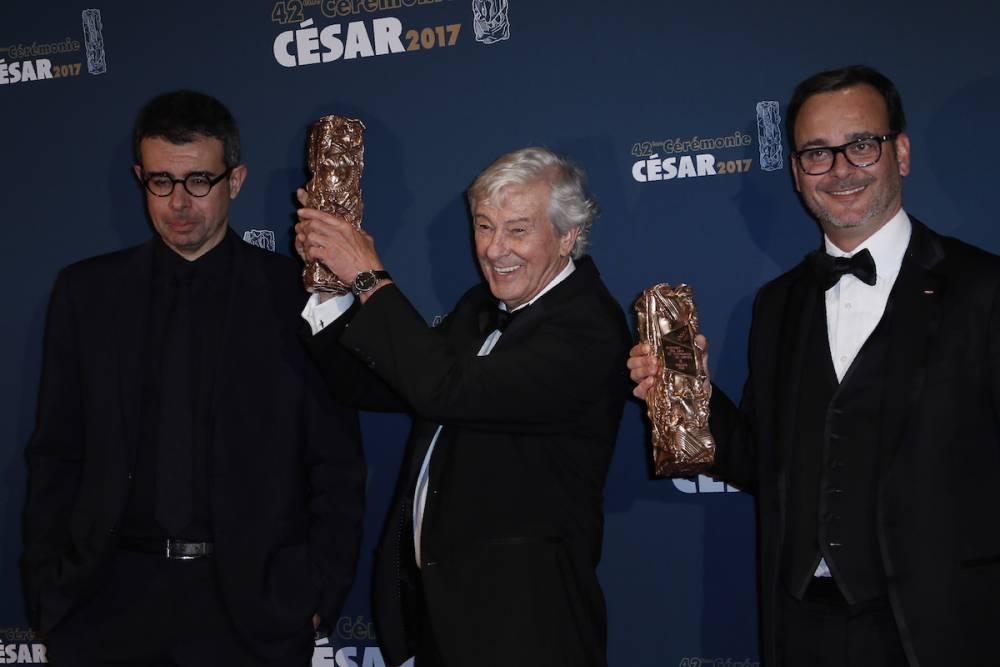 Saïd Ben Saïd (à gauche) à côté du réalisateur néerlandais Paul Verhoeven (au centre avec la statuette) et le producteur français Michel Merkt le 24 février 2017 à la cérémonie des César. ©  THOMAS SAMSON / AFP