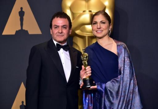 Firouz Naderi (L) et Anousheh Ansari reçoivent l'Oscar du meilleur film étranger, le 26 février 2017  © FREDERIC J. BROWN AFP