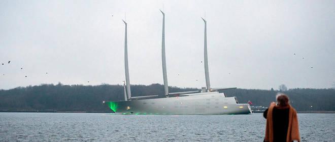 Le Sailing YachtA de l'oligarque russe Andrey Melnichenko culmine à 100 mètres de hauteur et mesure 143 mètres de longueur. Son coût est estimé à 500 millions de dollars
